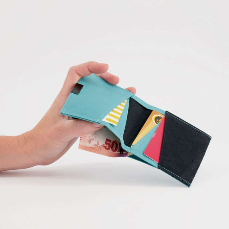 Wren Squarewallet teal openwithhand