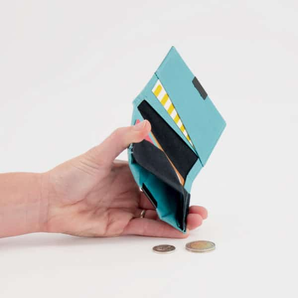 Wren Squarewallet teal openwithhand2